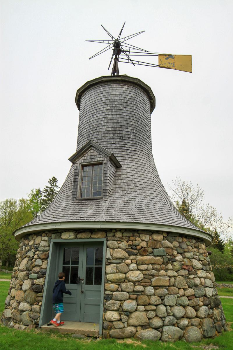 Le moulin à vent et le dépôt de combustibles