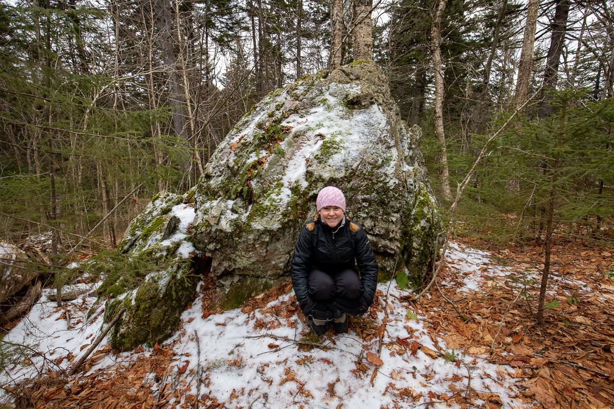 Bloc erratique sur le sentier de randonnée de Moss Glen